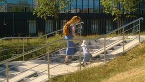 Chłopiec wspina się schodki zbiory