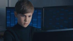 Chłopiec wunderkind hacker sieka systemy komputerowych Binarny kod na tle zbiory