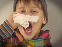 Chłopiec wyciera jego nos Obraz Stock