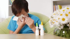 Chłopiec z alergia podmuchowym nosem kichnięciem i zbiory wideo