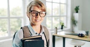 Chłopiec z angielszczyzny książką w eyeglasses zdjęcie wideo
