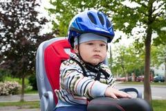 Chłopiec z błękitnym hełmem Obraz Royalty Free