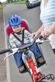 Chłopiec z błękitnym hełmem Zdjęcia Stock