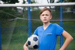 Chłopiec z balowym bawić się futbolem obrazy royalty free