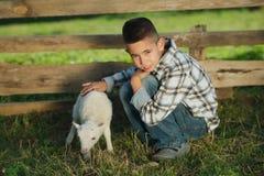 Chłopiec z barankiem na gospodarstwie rolnym zdjęcie royalty free