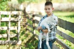 Chłopiec z barankiem na gospodarstwie rolnym obrazy royalty free