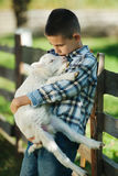 Chłopiec z barankiem na gospodarstwie rolnym zdjęcia stock