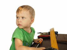 Chłopiec z białego włosy i tata ` s narzędziem obraz stock