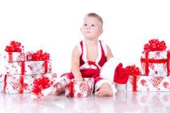 Chłopiec z Bożenarodzeniowymi prezentami Święty Mikołaj Fotografia Stock