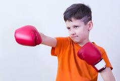 Chłopiec z bokserskimi rękawiczkami Obrazy Royalty Free