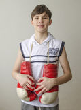 Chłopiec z bokserskimi rękawiczkami Zdjęcia Stock