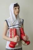 Chłopiec z bokserskimi rękawiczkami Zdjęcia Royalty Free