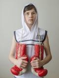 Chłopiec z bokserskimi rękawiczkami Zdjęcie Royalty Free