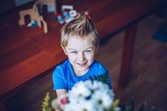 Chłopiec z bukietem w jego ręki obraz stock