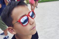 Chłopiec z czerwonymi szkłami obrazy royalty free