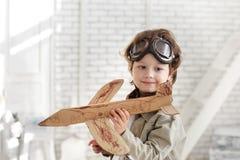 chłopiec z dżetowym samolotem w ręce Fotografia Royalty Free