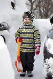Chłopiec z dużą łopatą rozjaśniać śnieg Zdjęcia Royalty Free