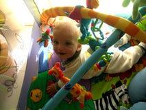 Chłopiec z dużymi oczami jest szczęśliwa z jego zabawkami obrazy royalty free