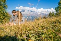 Chłopiec z dziewczyną w górach w tle lato góry skalisty krajobraz z drzewami siedzieć na Zdjęcie Stock
