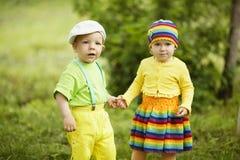 Chłopiec z dziewczyną w jaskrawej barwionej odzieży fotografia royalty free