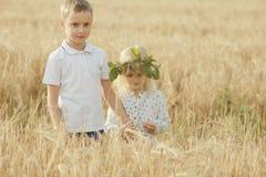Chłopiec z dziewczyną w jesieni polu zdjęcie royalty free