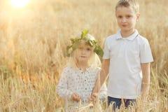 Chłopiec z dziewczyną w jesieni polu obraz royalty free