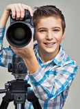 Chłopiec z fotografii kamerą na thripod Obrazy Stock