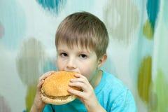 Chłopiec z hamburgerem obrazy royalty free