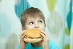 Chłopiec z hamburgerem fotografia royalty free