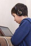 Chłopiec z hełmofonami Zdjęcie Stock