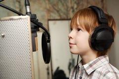 Chłopiec z hełmofonami Zdjęcia Stock