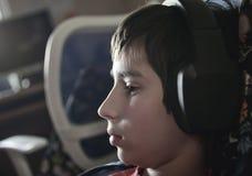 Chłopiec z hełmofonami Obraz Royalty Free