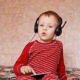 Chłopiec z hełmofonami w domu Zdjęcia Royalty Free