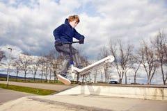 Chłopiec z hulajnoga Zdjęcia Stock