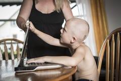 Chłopiec z internet zależnością obraz stock