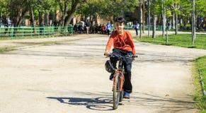 Chłopiec z jego bicyklem obraz stock
