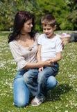 Chłopiec z jego mamą przy pinkinem fotografia royalty free