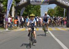 Chłopiec z jego ojców jeździeckimi bicyklami, konkurowanie dla Drogowego Uroczystego Prix wydarzenia, szybkościowego obwodu rasa  Obraz Stock