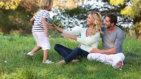 Chłopiec z jego rodziną w parku zdjęcie wideo