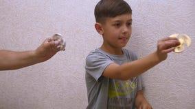 Chłopiec z kądziołkiem Wręcza kądziołka lub kokosi kądziołka, wiruje na ręce swobodny ruch zdjęcie wideo