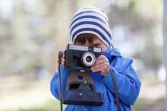 Chłopiec z kamerą fotografia stock