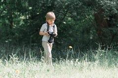Chłopiec z kamerą w parku zdjęcia royalty free