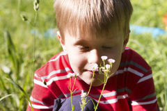 Chłopiec z kwiatami fotografia stock