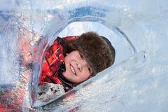 Chłopiec z lodową rzeźbą, miastową esp Obrazy Royalty Free
