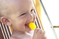 Chłopiec z lodowym lolly Fotografia Stock