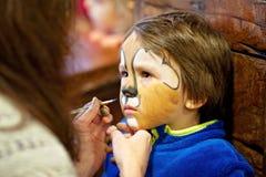 Chłopiec z malującą twarzą jako lew Obraz Stock