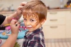 Chłopiec z malującą twarzą jako lew Fotografia Stock