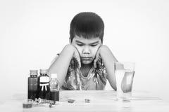 chłopiec z medycyny czarny i biały brzmieniem obraz stock