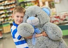 Chłopiec z niedźwiedź zabawką Fotografia Stock