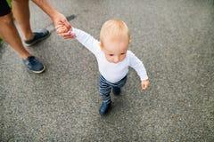Chłopiec z ojcem robi pierwszym krokom w naturze zdjęcie royalty free